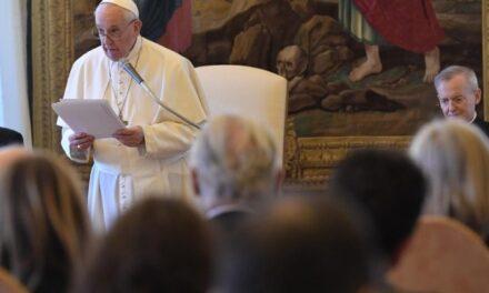 Папа: Залучити сім'ю, школу та все суспільство до виховання